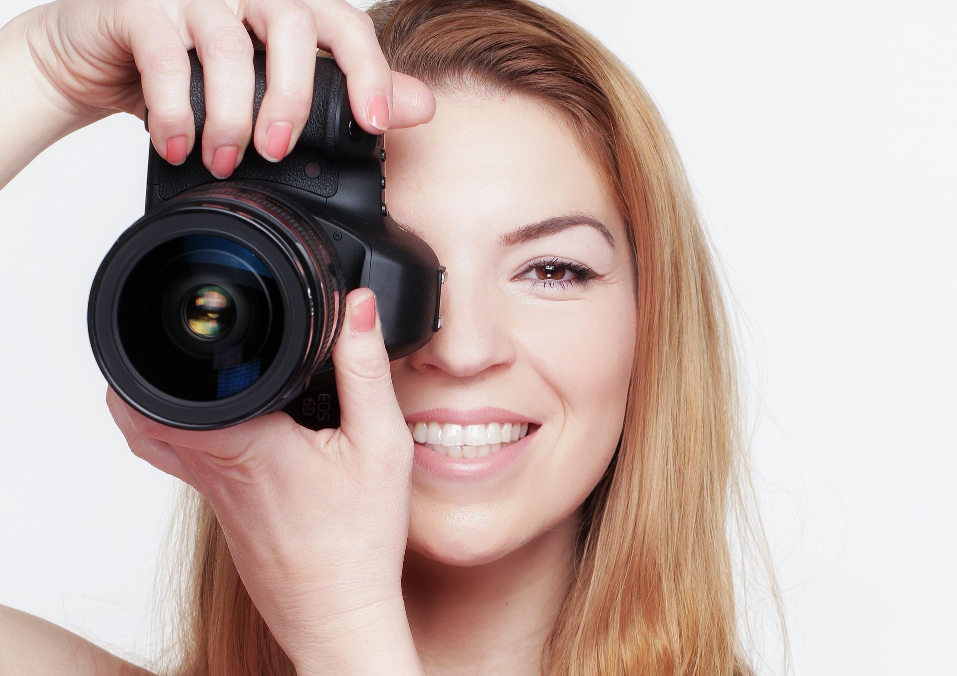 Frau mit Kamera für Fotowettbewerb Sichtschutzzaun und Gartenzaun