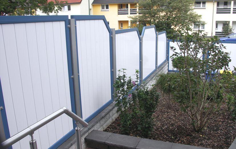 sichtschutz garten kunststoff weis, sichtschutzwand weiß mit blauen rahmen, Design ideen