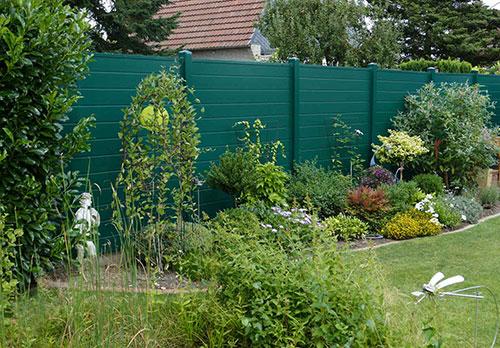 Sichtschutz aus Qualitäts-Kunststoff in Moosgrün im Garten