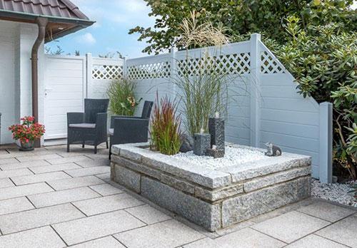 Sichtschutz mit Rankgitter aus Qualitäts-Kunststoff in Weiß auf der Terrasse
